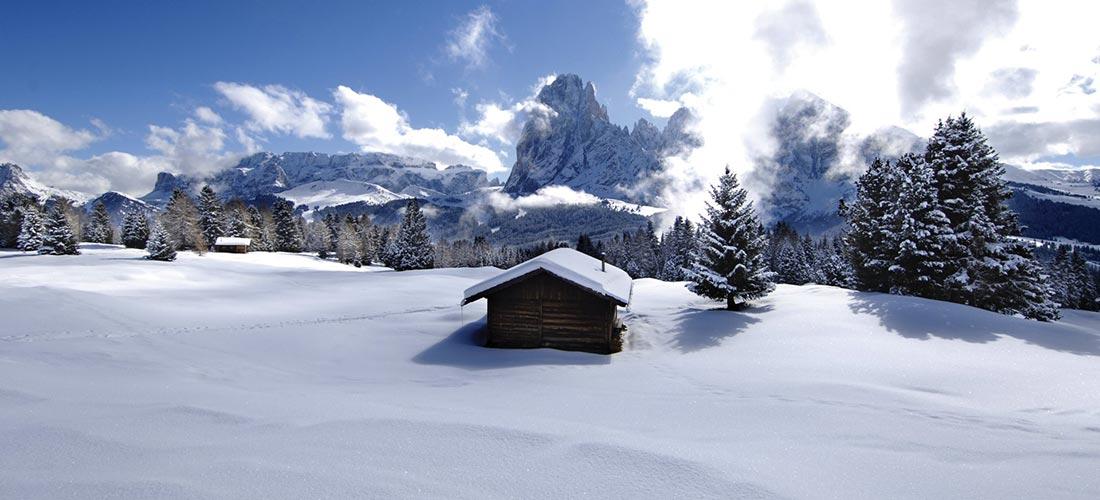 Verschneites Winterpanorama in den Dolomiten