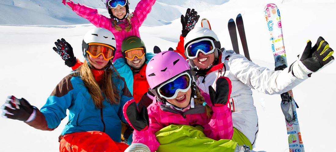 Glückliche Kinder fahren Ski auf der Seiser Alm in Südtirol