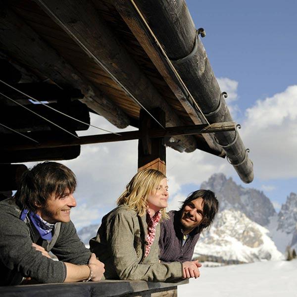 Touristen auf der Terrasse im Winter