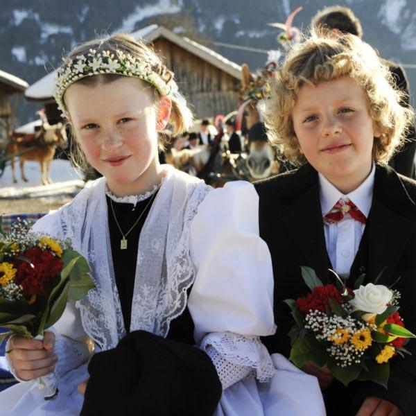 Ein Junger und ein Mädchen auf einem Fest