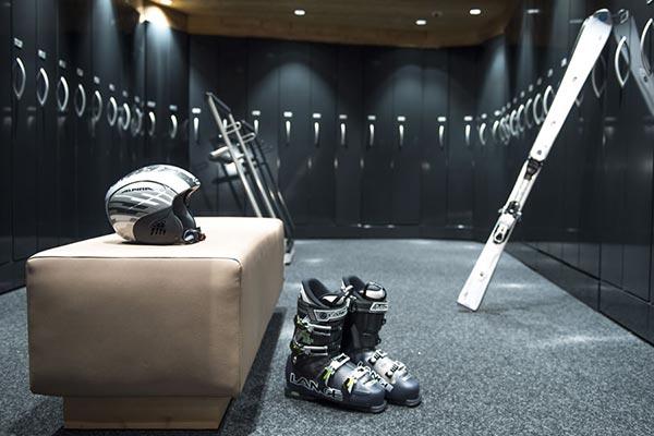 Ski Ausrüstung: Ski, Skihelm, Skistöcke, Skischuhe