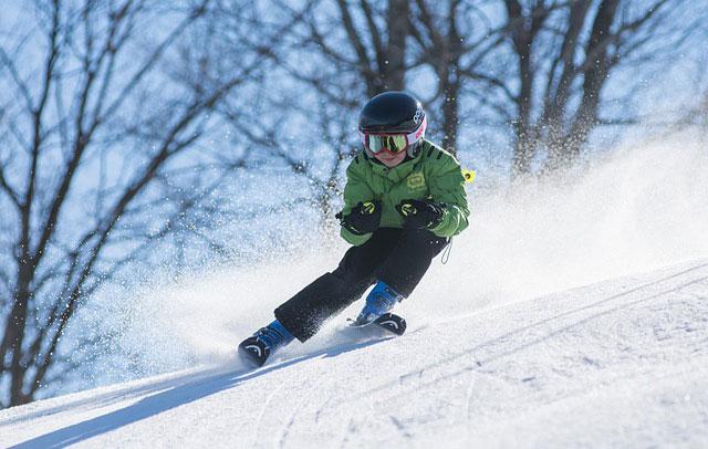 Kindf ährt Ski in Südtirol (Italien)
