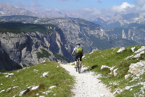 Radfahreh mit Mountain Bike in den Dolomiten in Südtirol Italien