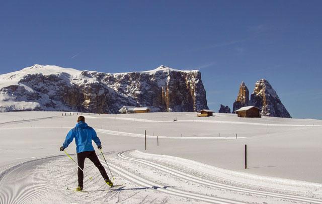 Skiurlaub auf der Seiser Alm in Südtirol - im Hintergrund ist das Schlern-Massiv zu sehen
