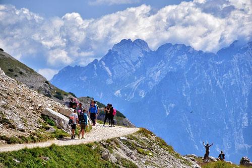Touristen wandern in den Bergen in Südtirol