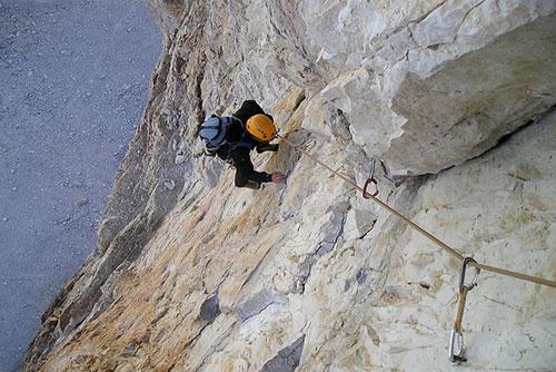 Alpinist klettert in den Dolomiten bei den 3 Zinnen